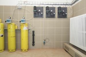 Chlorovna - sestava lahví, chlorátorů, absorbéru a čidla chloru